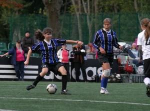 Девочки играют в футбол